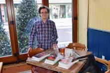 Phil à la table de vente