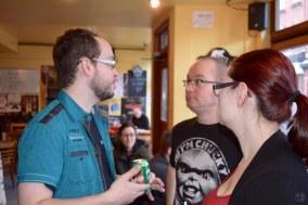 Sébastien Chartrand et sa compagne Sonia discutant avec Jonathan Reynolds