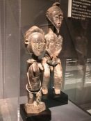 Sculpture féminine et asie usu (Artiste baoulé Côte d'Ivoire, avant 1933)