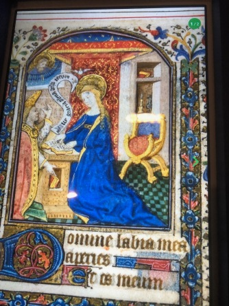Folio d'un livre d'Heures à l'usage de Paris (présenté sur l'écran d'une tablette), c1430-1435, Paris. Musée des Beaux-arts de Montréal. L'Annonciation.