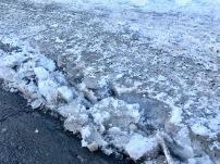 Trottoir couvert d'une épaisse couche de glace