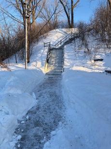 L'exception: l'escalier (coin 6e Ave et Pélican) est dégagé et l'accès a reçu de l'abrasif (Bravo!)