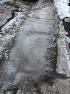 Les caniveaux bloqués par la glace cause des accumulations d'eau qui gèlent