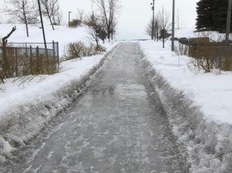 L'entrée Émile-Journault est toujours une patinoire